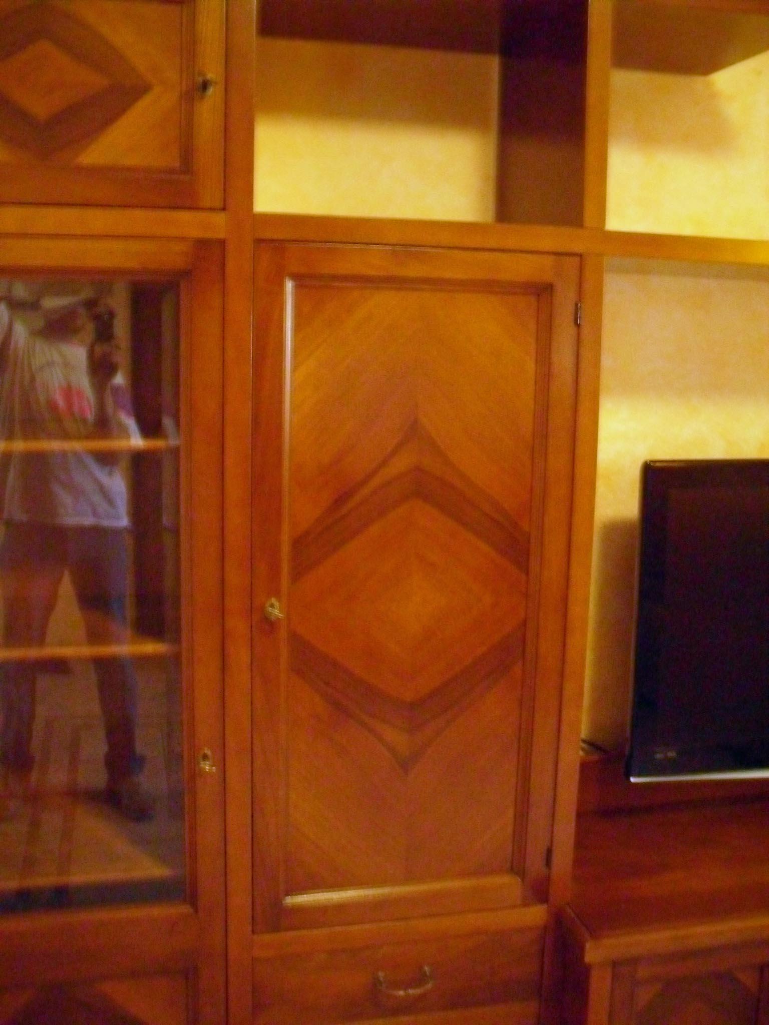 Mobile soggiorno classico su misura noce massello la commode di davide corno - Mobili soggiorno su misura ...