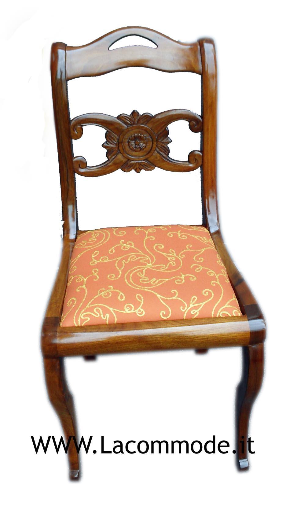 Sedia artigianale con intaglio sullo schienale