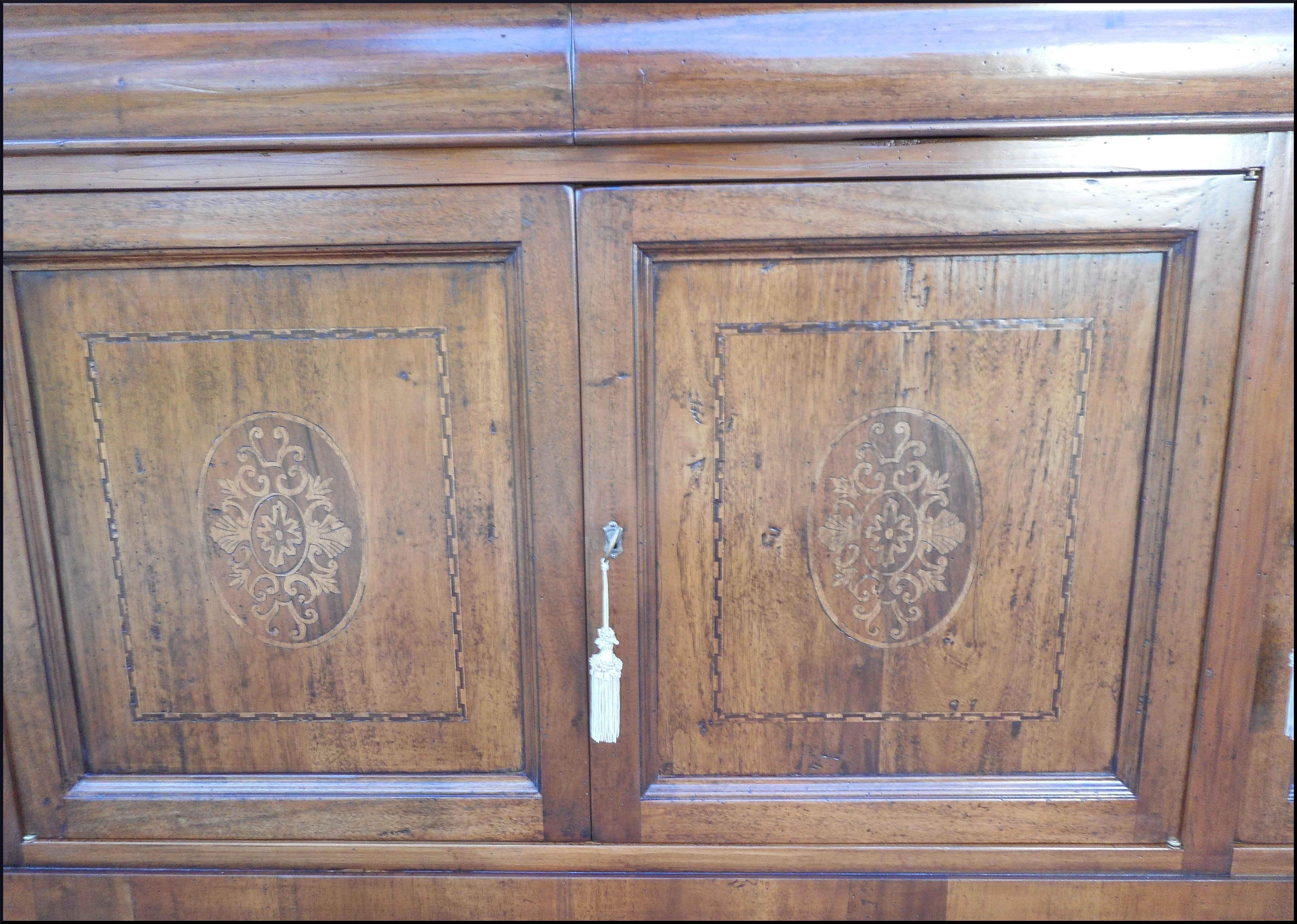 Credenza tre porte con intarsi floreali