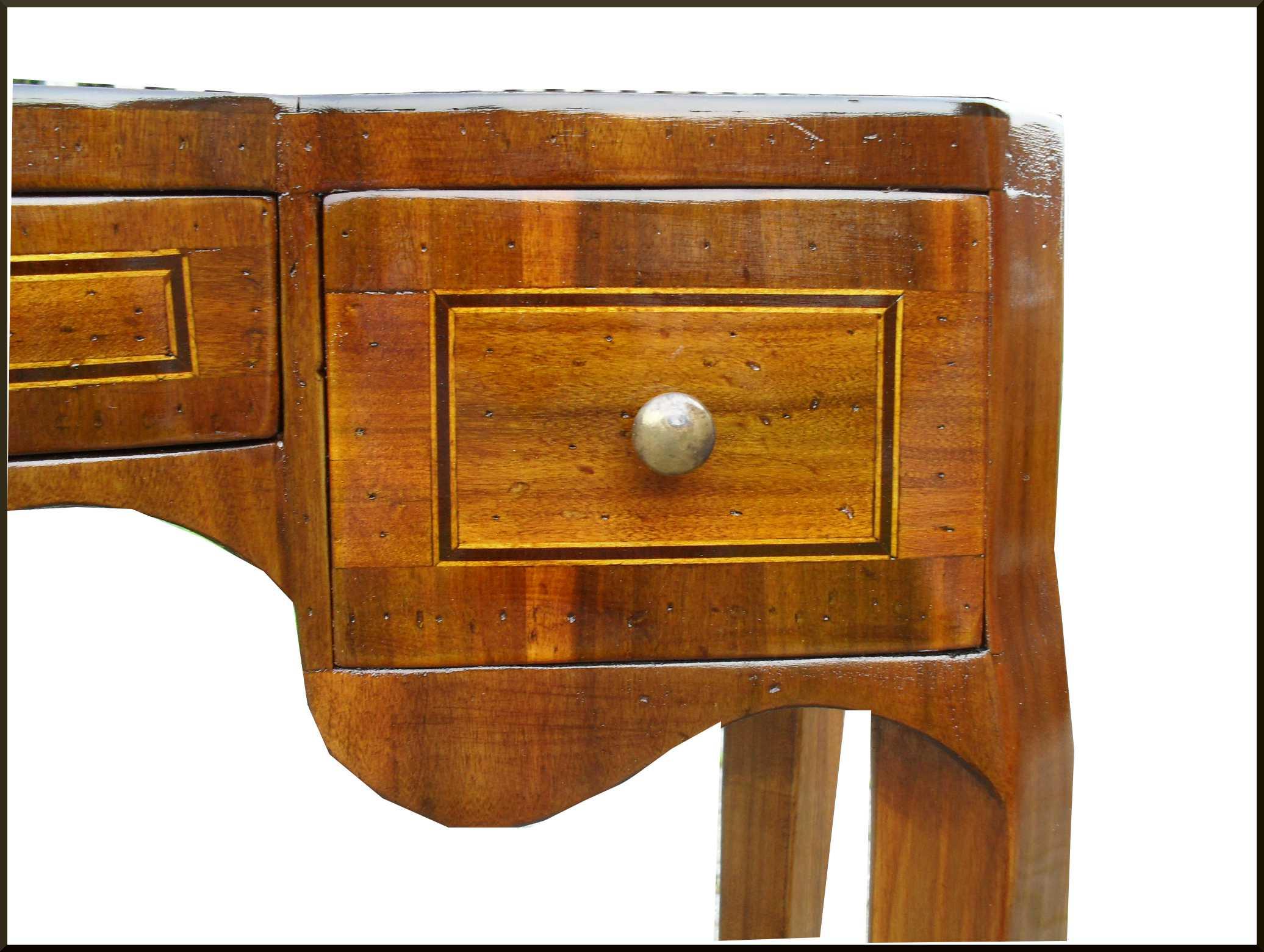 Tavolino poco profondo intarsiato a mano