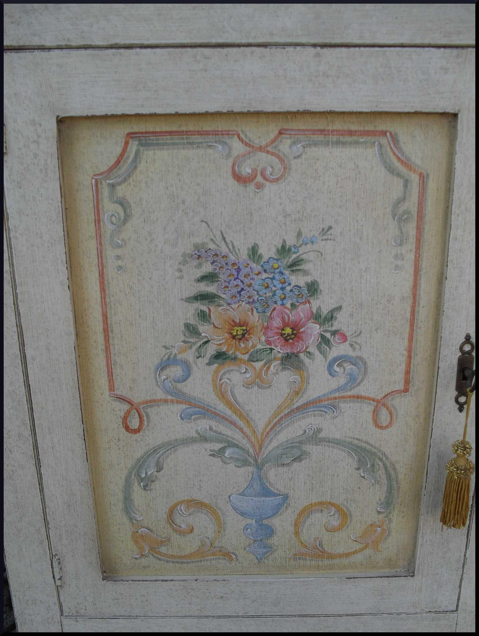 Mobili decorati:credenzina 2 porte greche e fiori