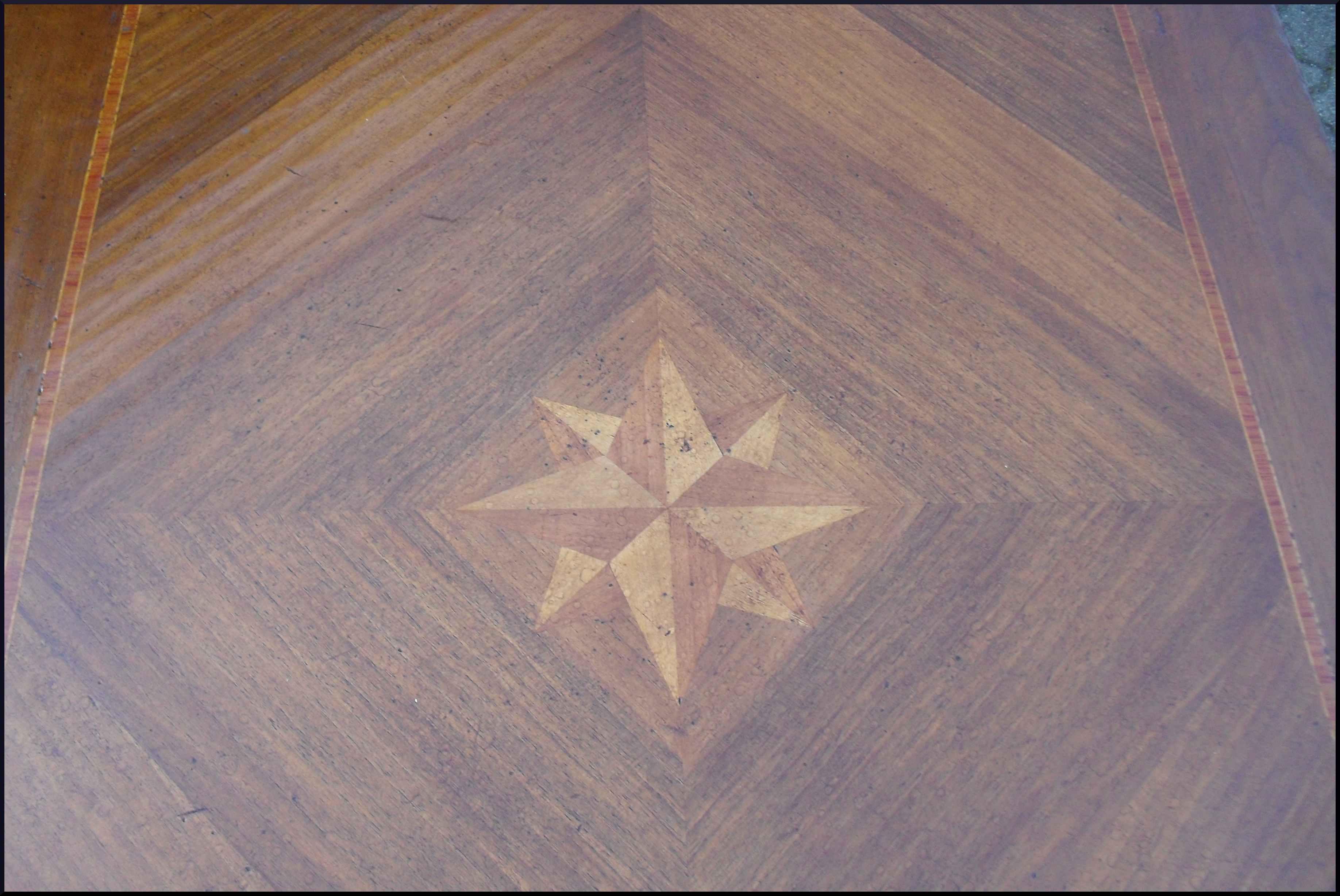 Tavolo rettangolare intarsiato con stella