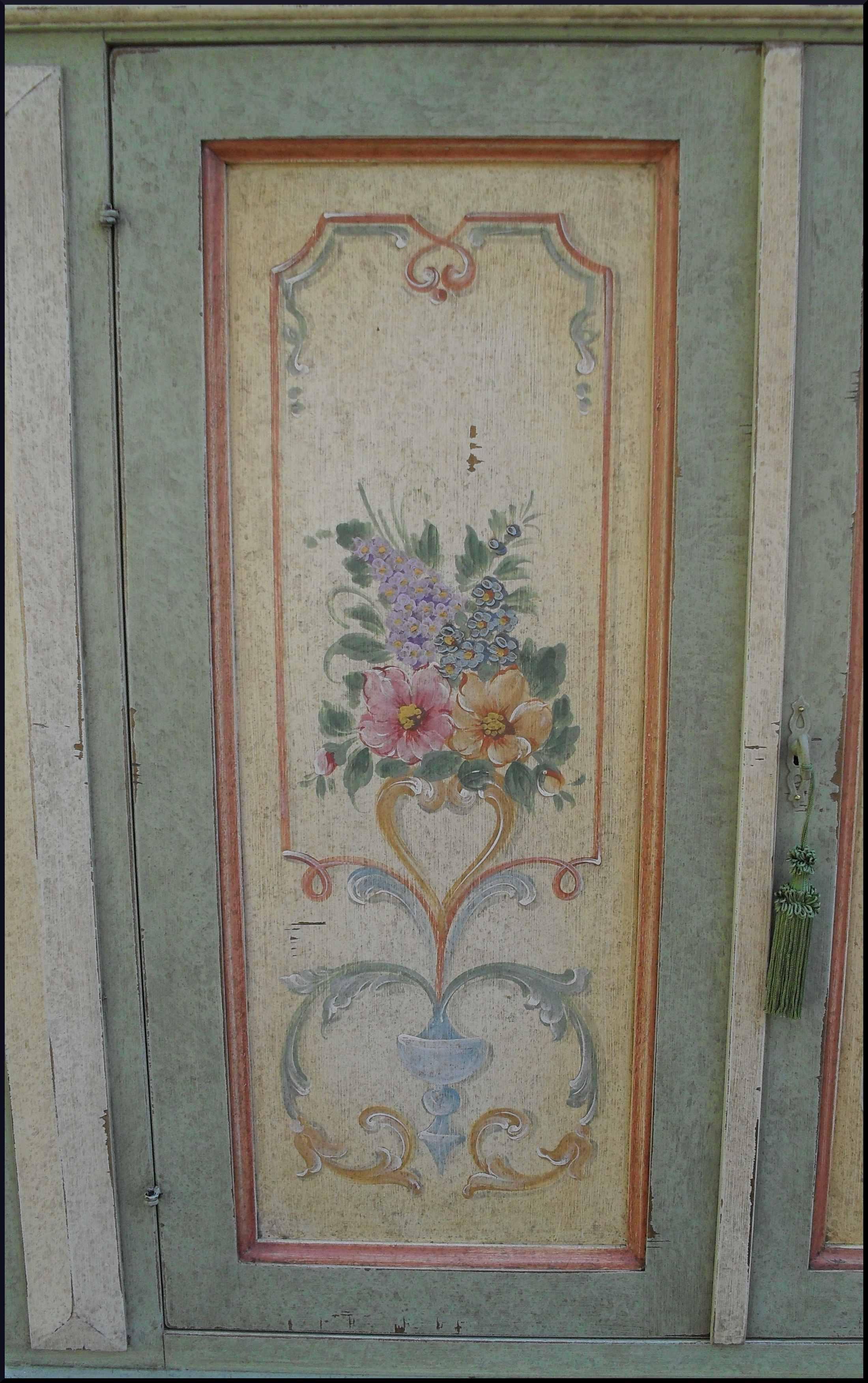 Credenzina classica laccata e dipinta a mano