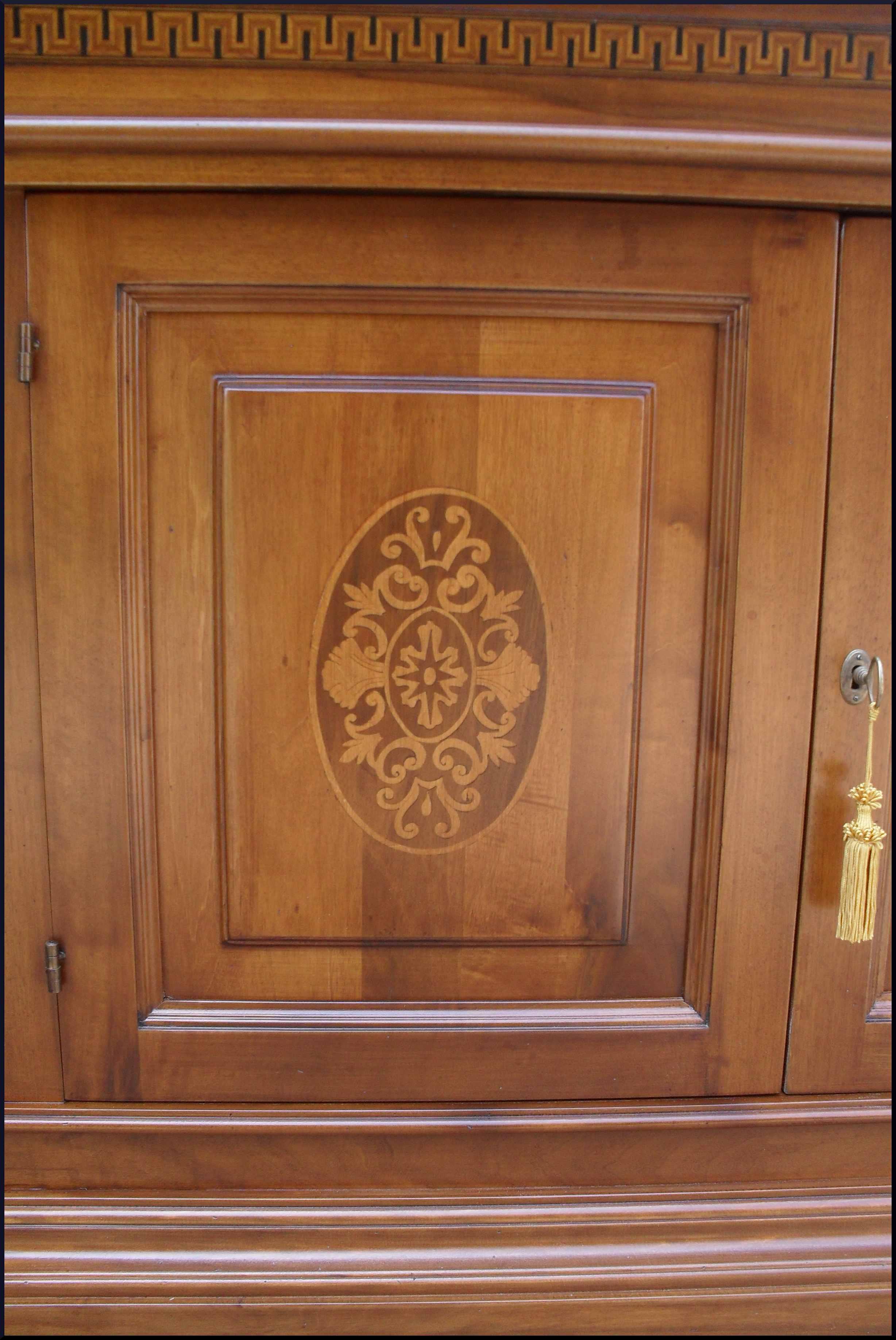 Credenzina classica due porte con intarsi