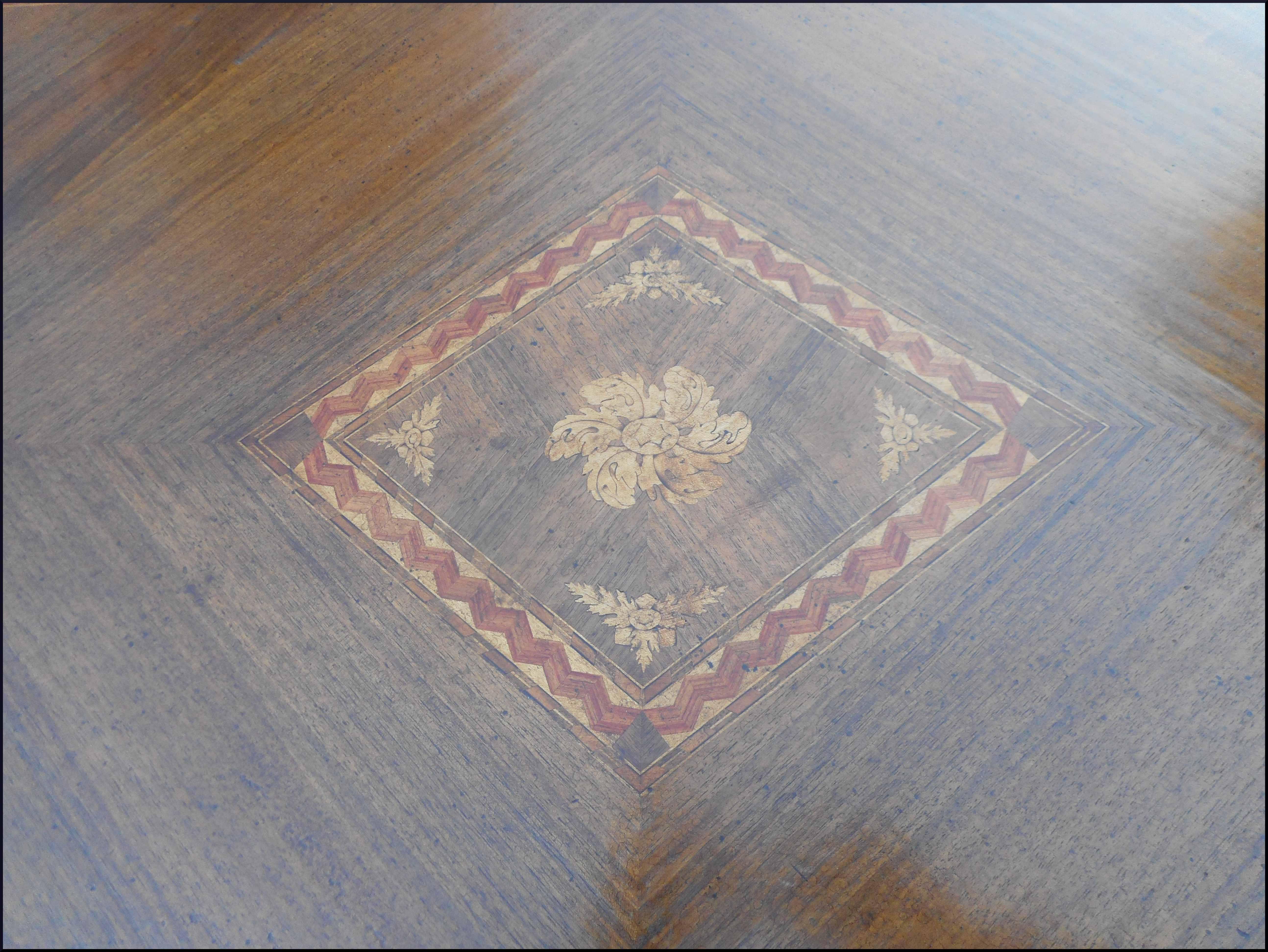 Tavolo a scatto con intarsio floreale