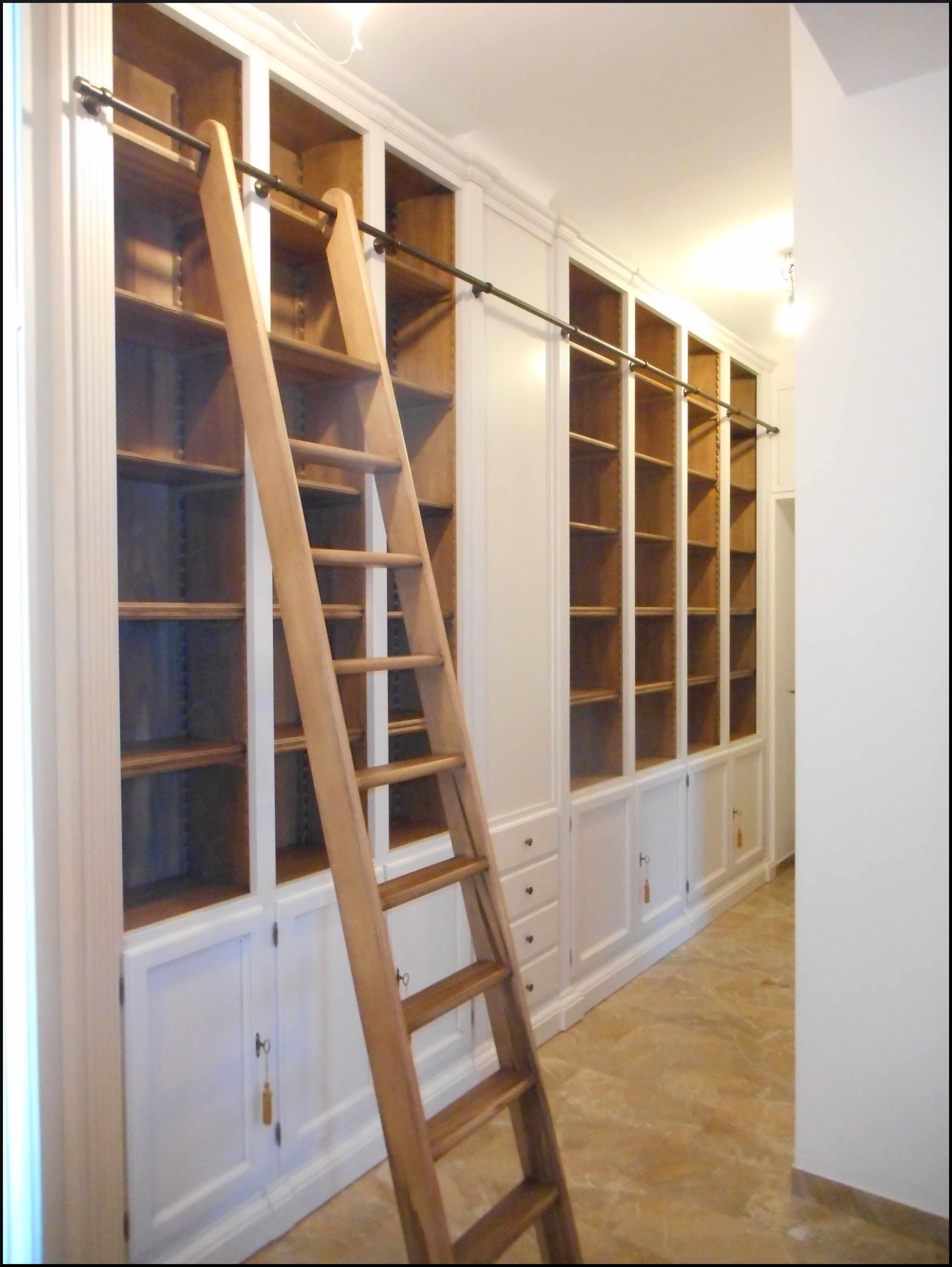 Libreria da ingresso con scaletta - La Commode di Davide Corno