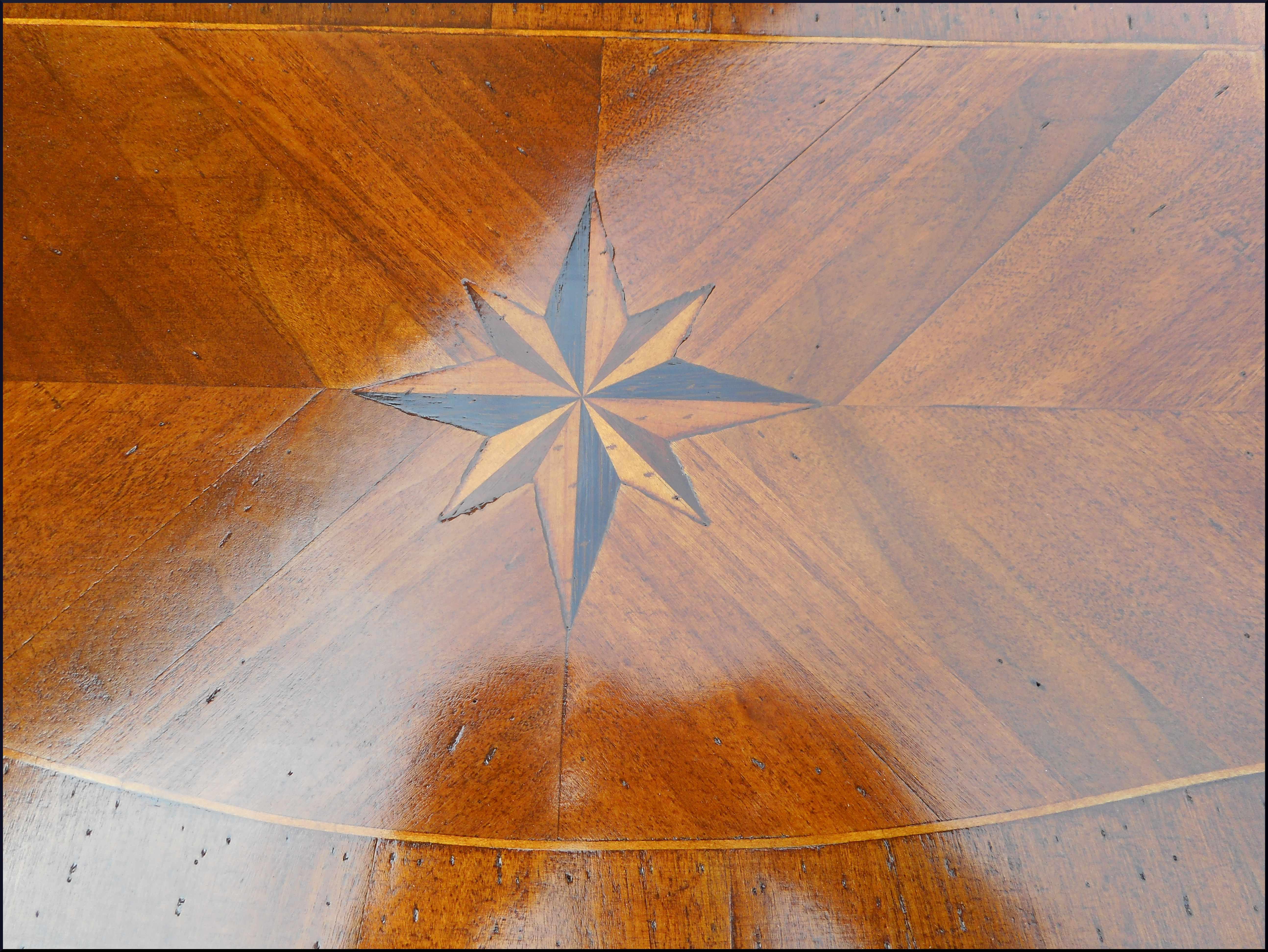 Tavolino con gamba a sciabola e intarsio stella