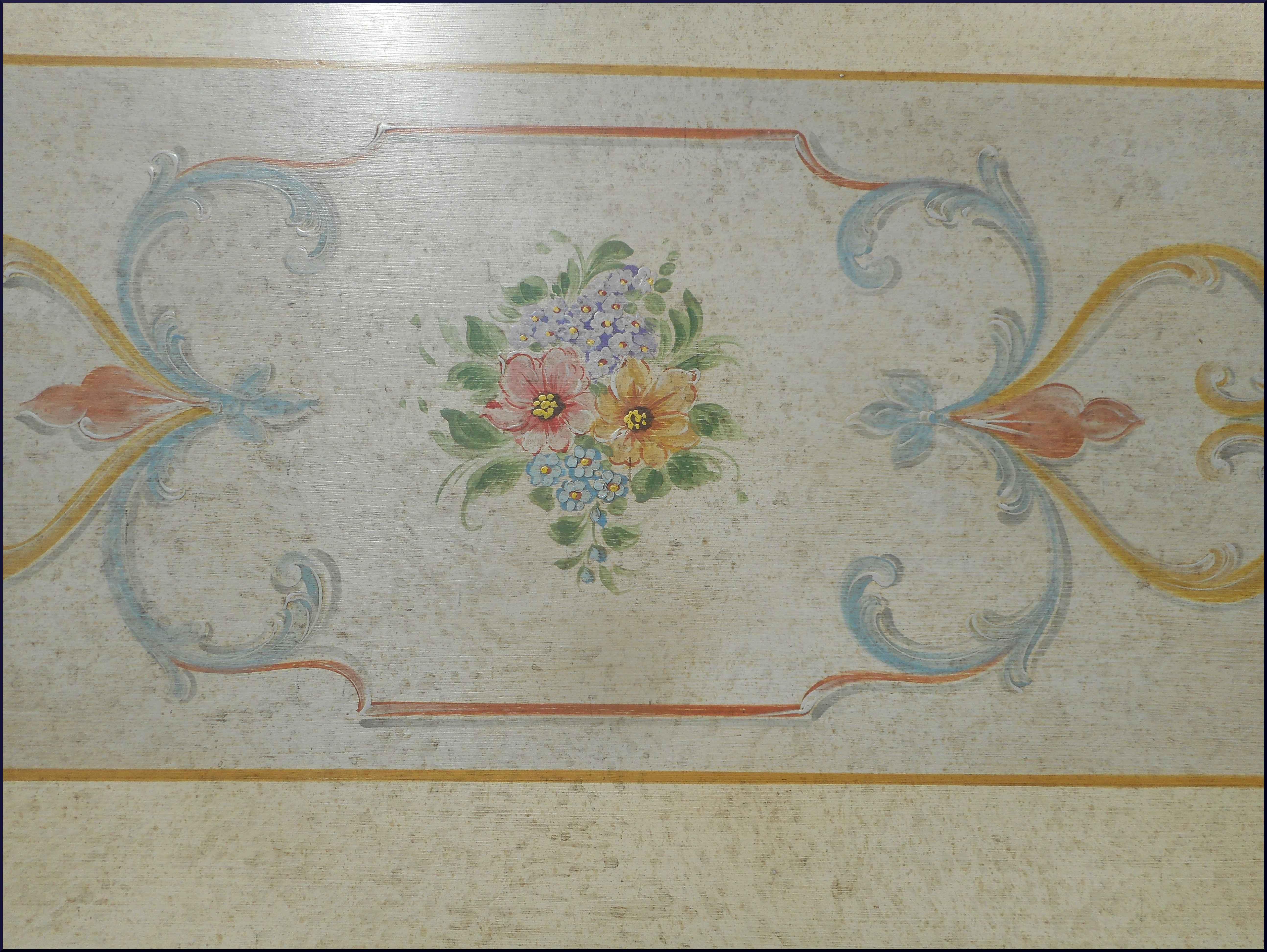 Tavolino da salotto con motivi floreali