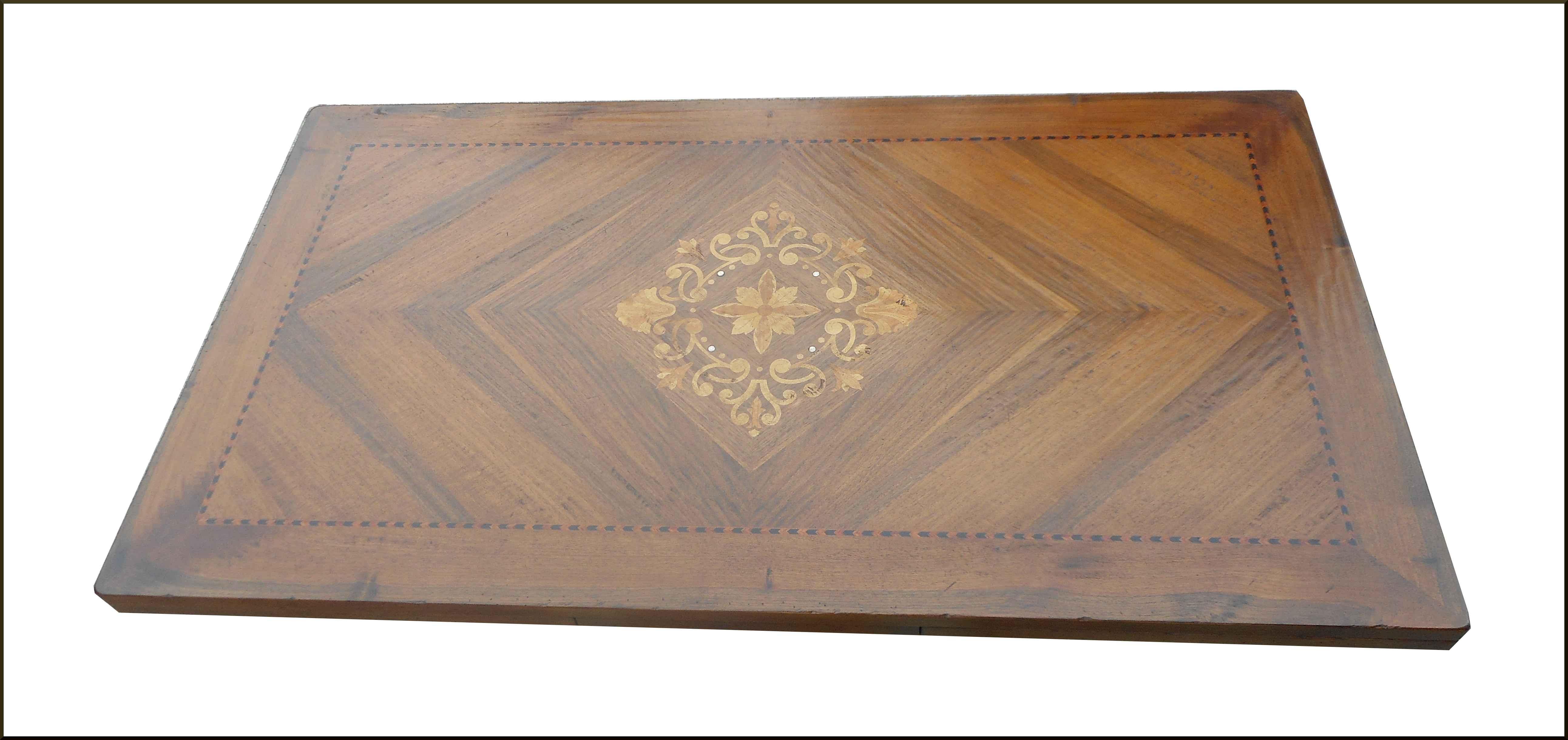 Tavolo classico con intarsio in madreperla