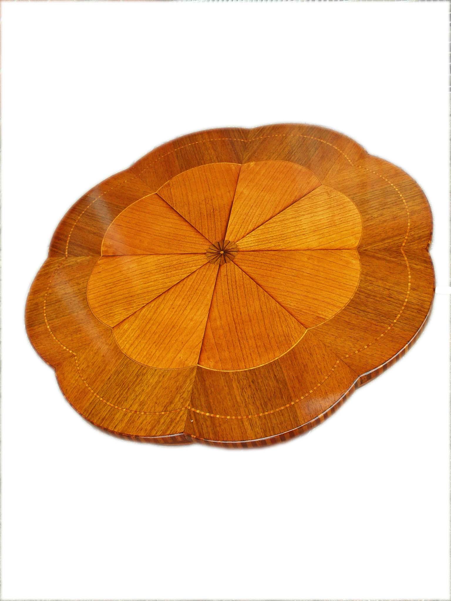 Tavolino da te con  sagoma margherita intarsiato